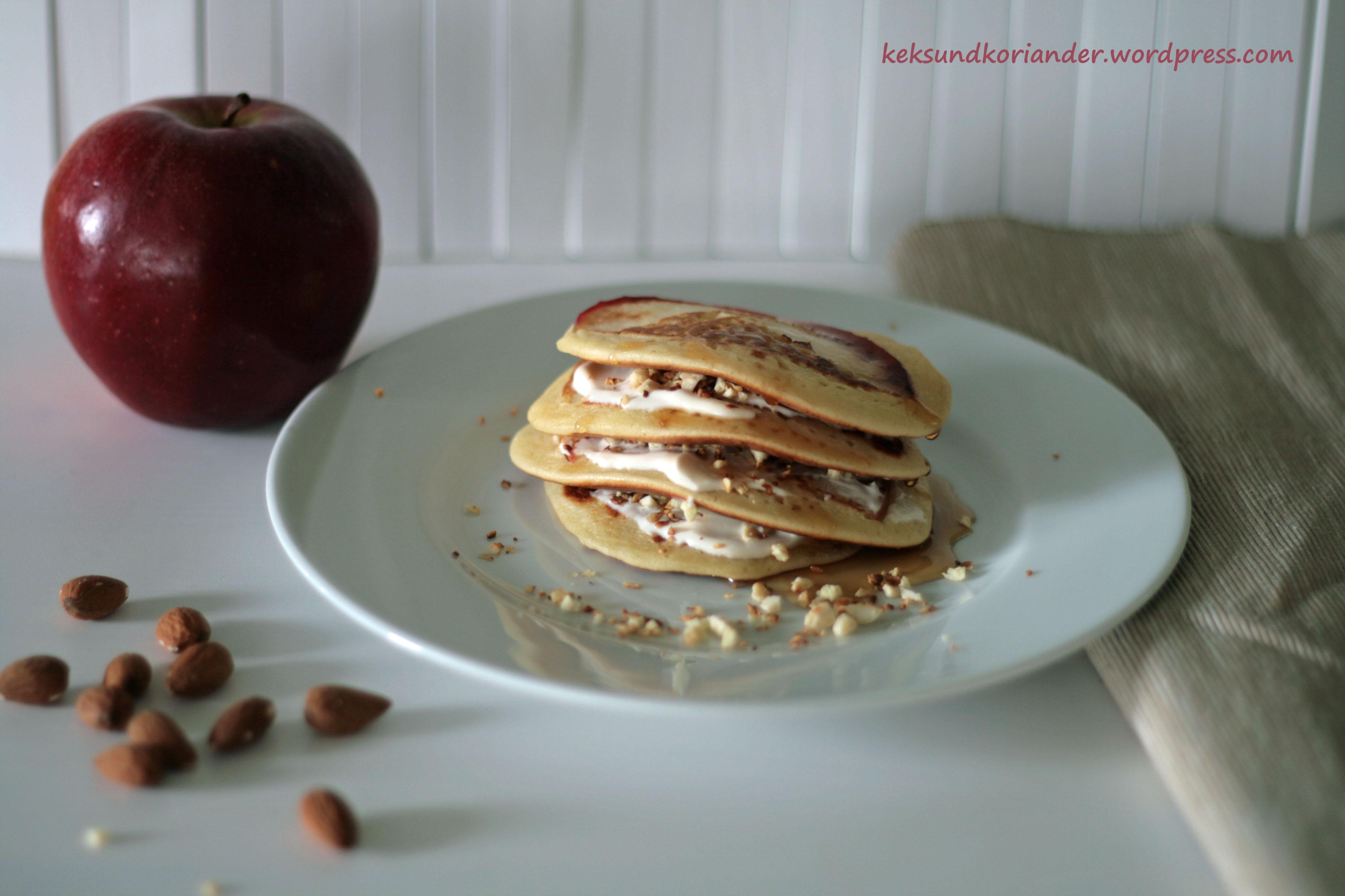 Pancakes mit Füllung und Sirup