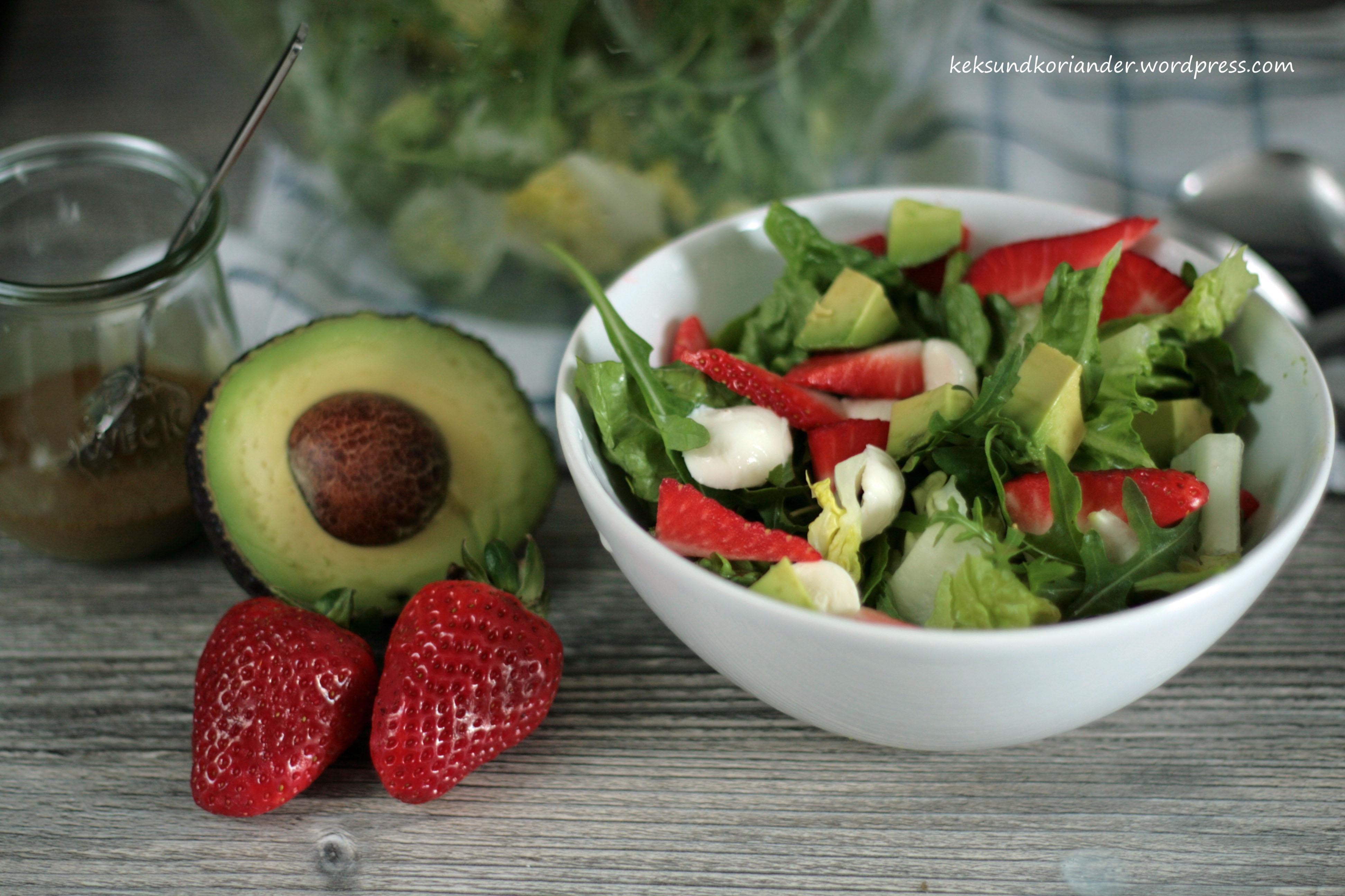 Sommersalat mit Erdbeeren, Avokado und Mozzarella