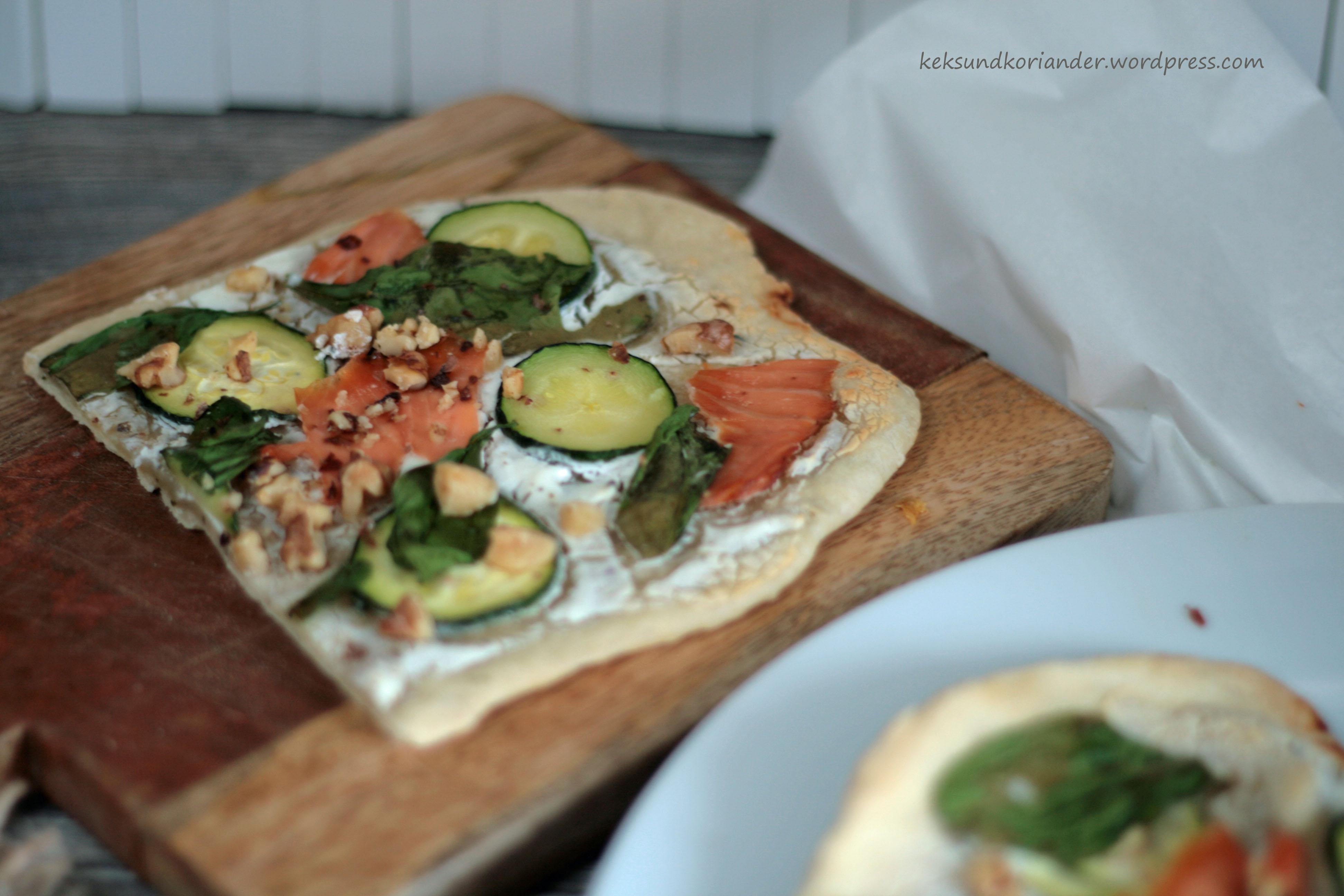 Flammkuchen Lachs Zucchini Spinat Ziegenkäse Nüsse Kopie
