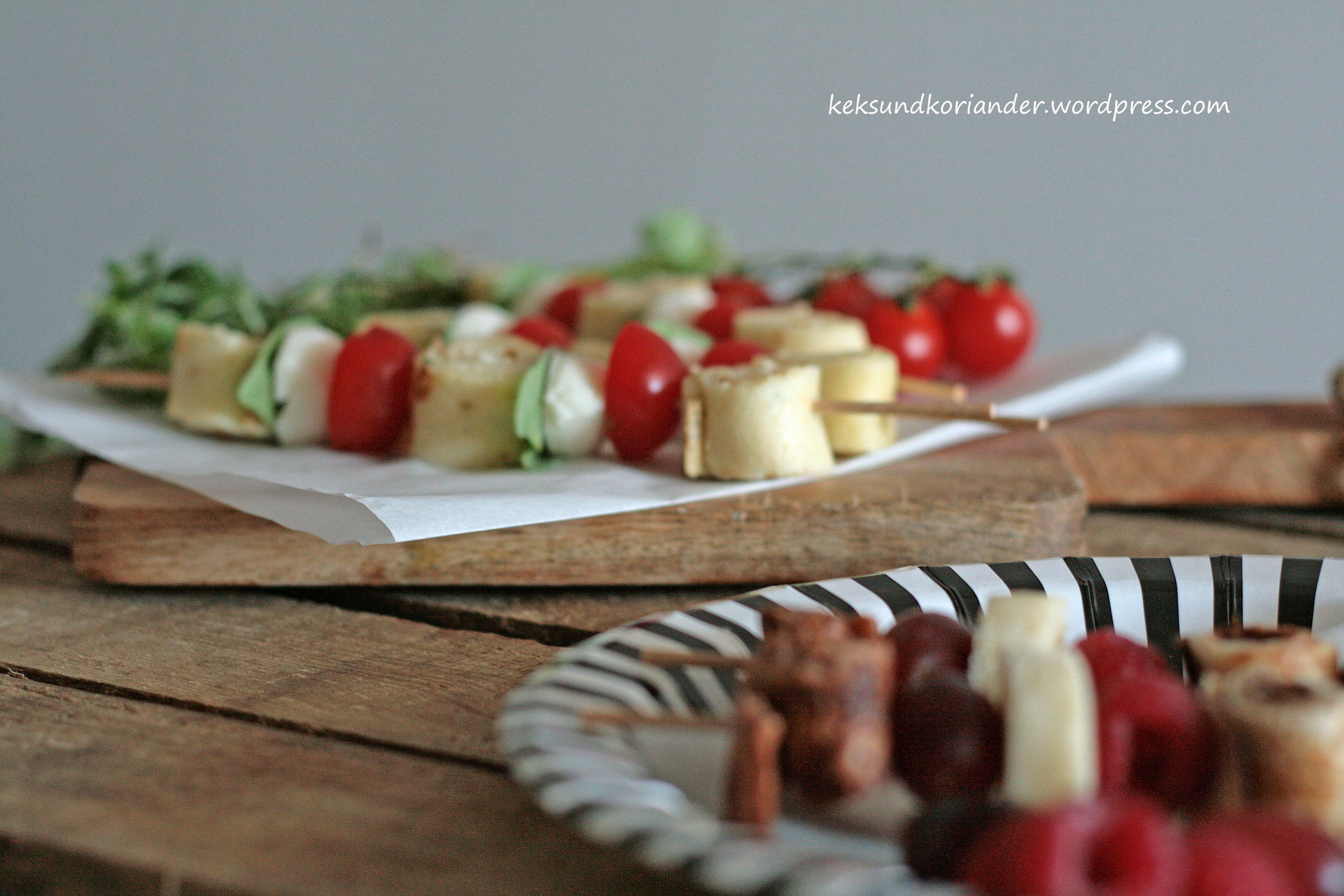 tomaten-mozzarella-Spieße mit Rosmarinpfannkuchen kakaopfannkuchen zimt obst
