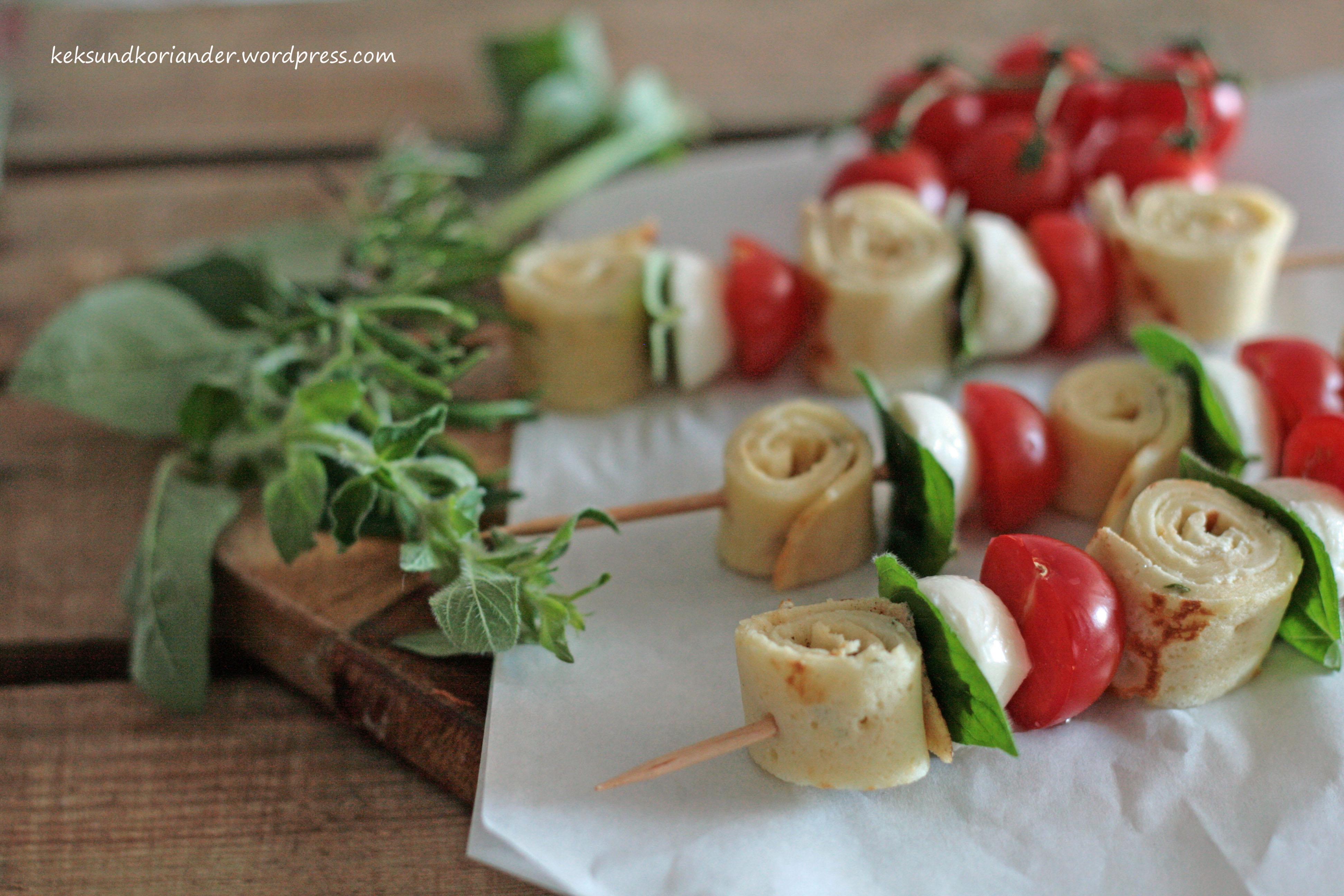 tomaten-mozzarella-Spieße mit Rosmarinpfannkuchen