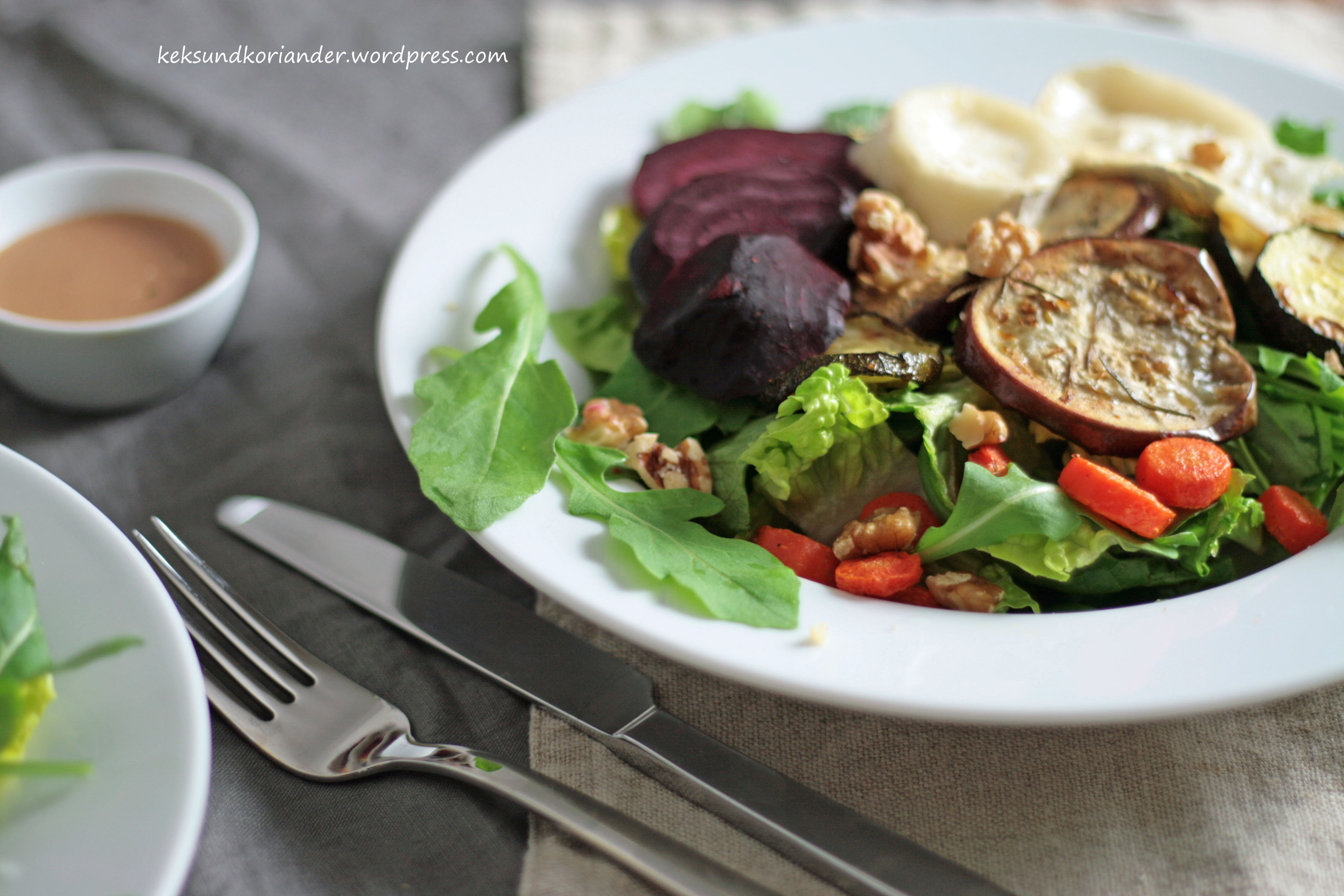 Salat mit Ofengemüse roter Beete Karotten Zucchini Aubergine Rucola und Ziegenkäse Walnüsse