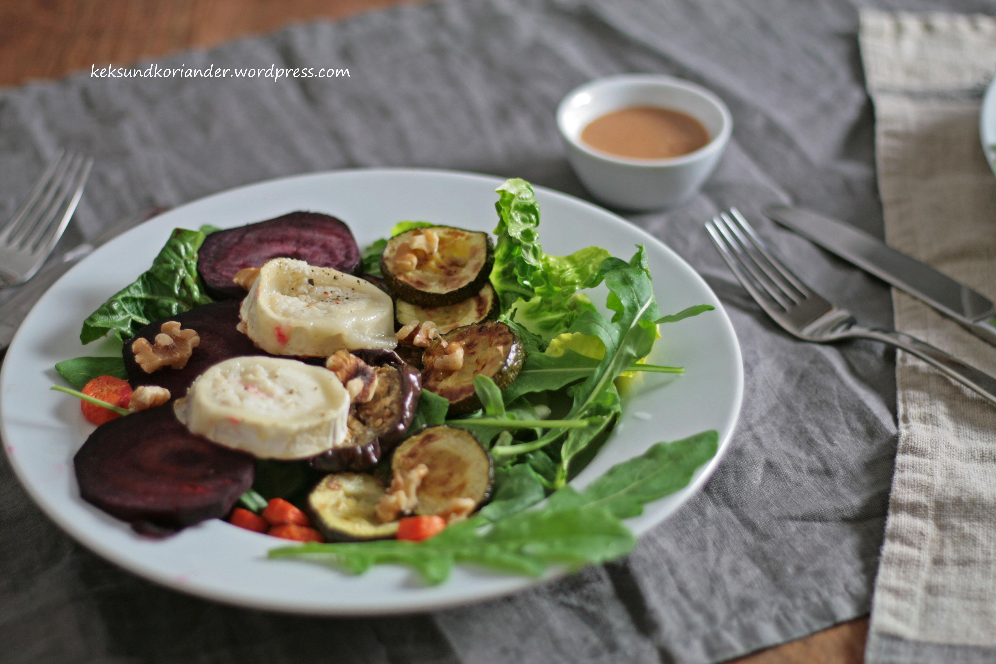 Salat mit Ofengemüse roter Beete Karotten Zucchini Aubergine Rucola und Ziegenkäse Walnüsse2