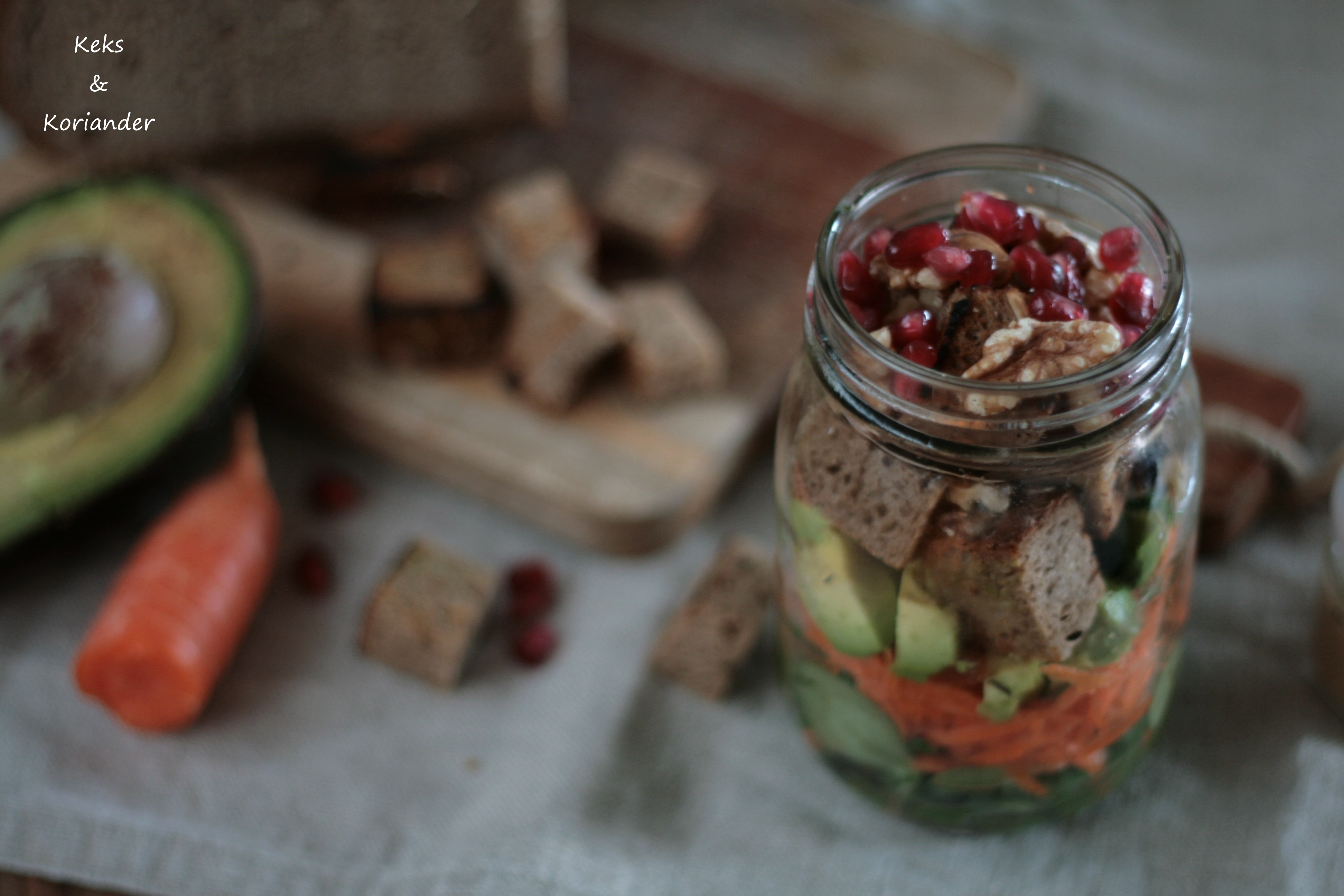 Brotsalat zum Mitnehmen mit Granatapfel, Avocado, Karotte, Feldsalat, Walnüssen 3