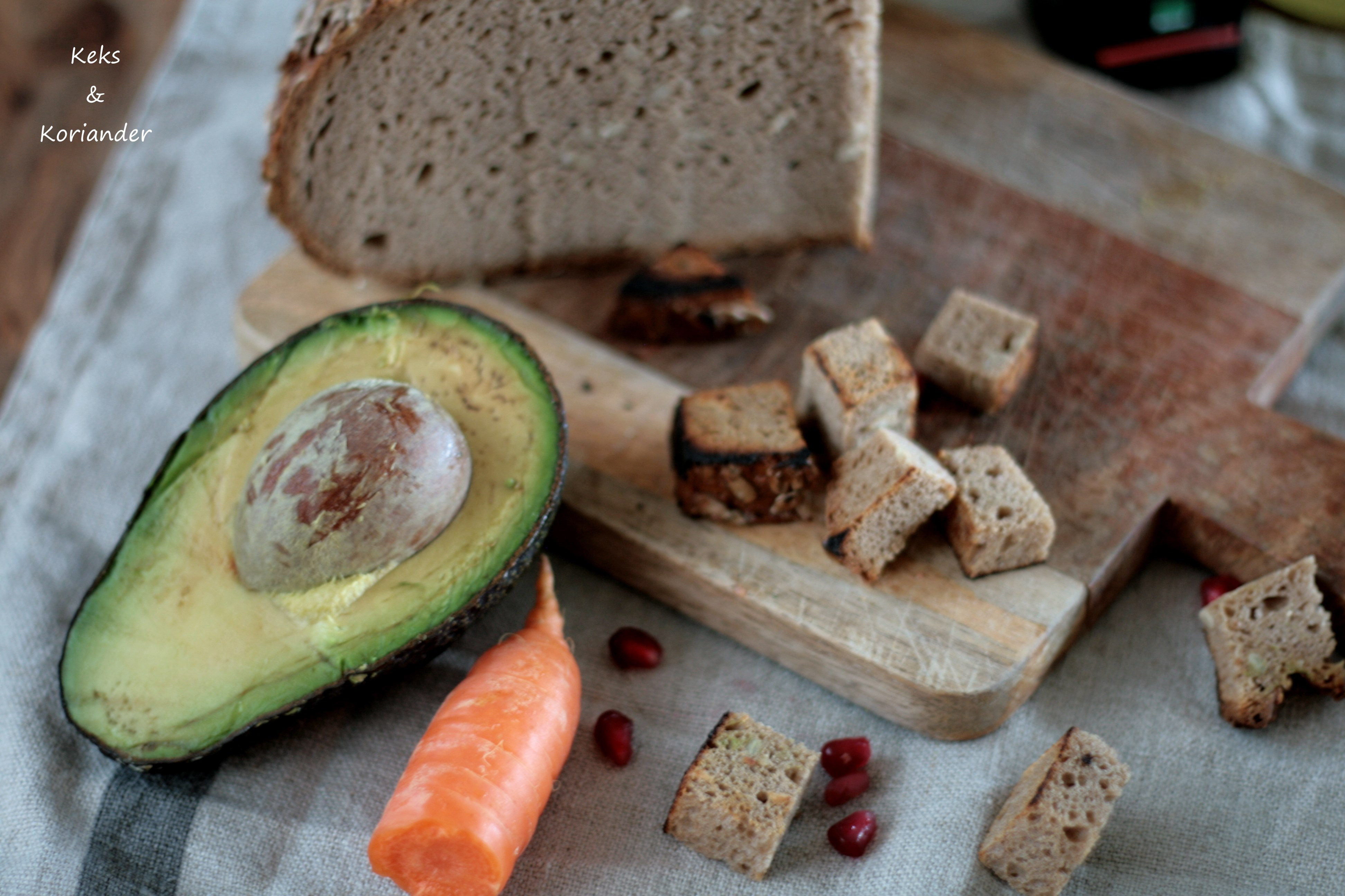 Brotsalat zum Mitnehmen mit Granatapfel, Avocado, Karotte, Feldsalat, Walnüssen 4