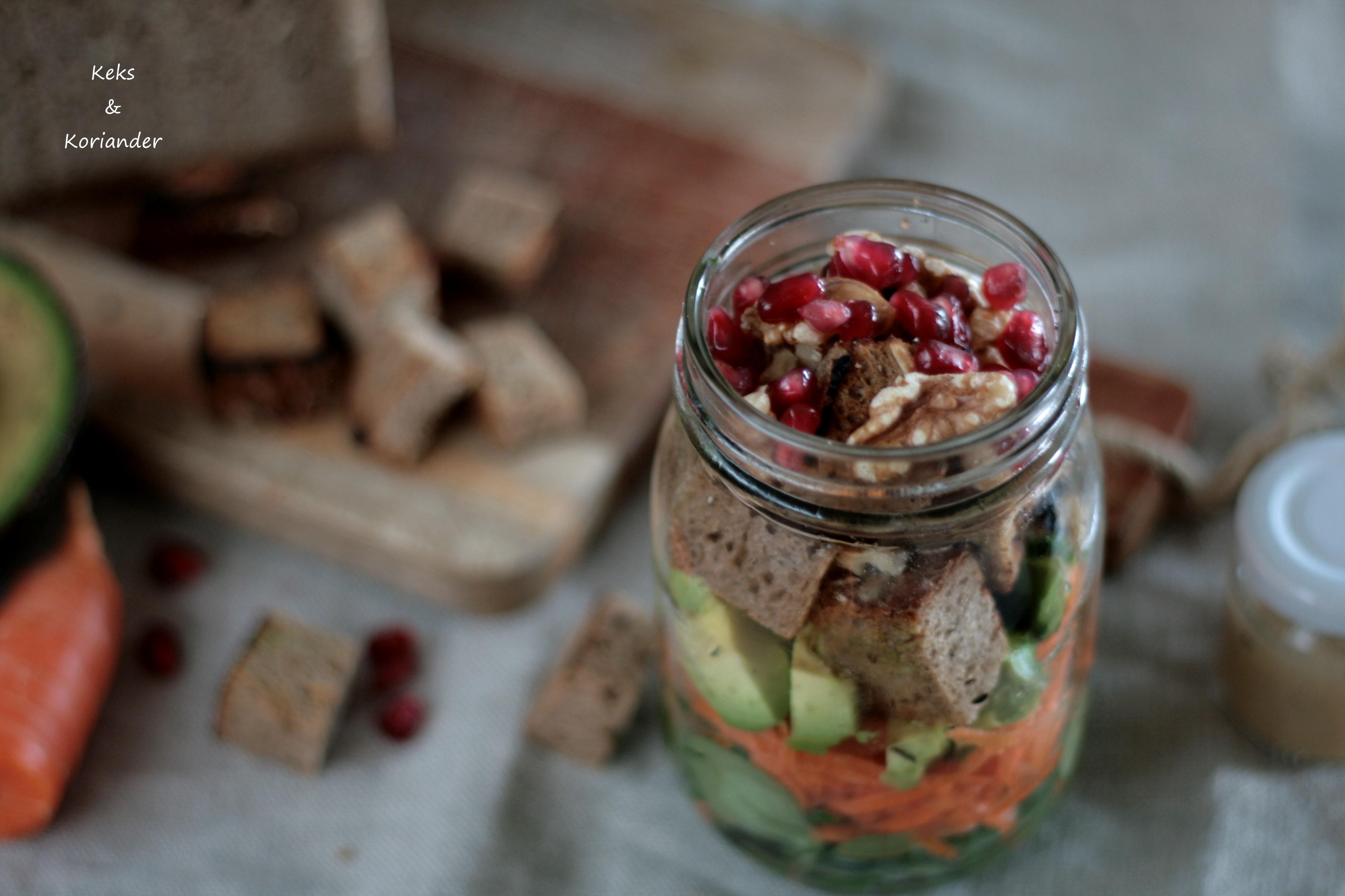 Brotsalat zum Mitnehmen mit Granatapfel, Avocado, Karotte, Feldsalat, Walnüssen