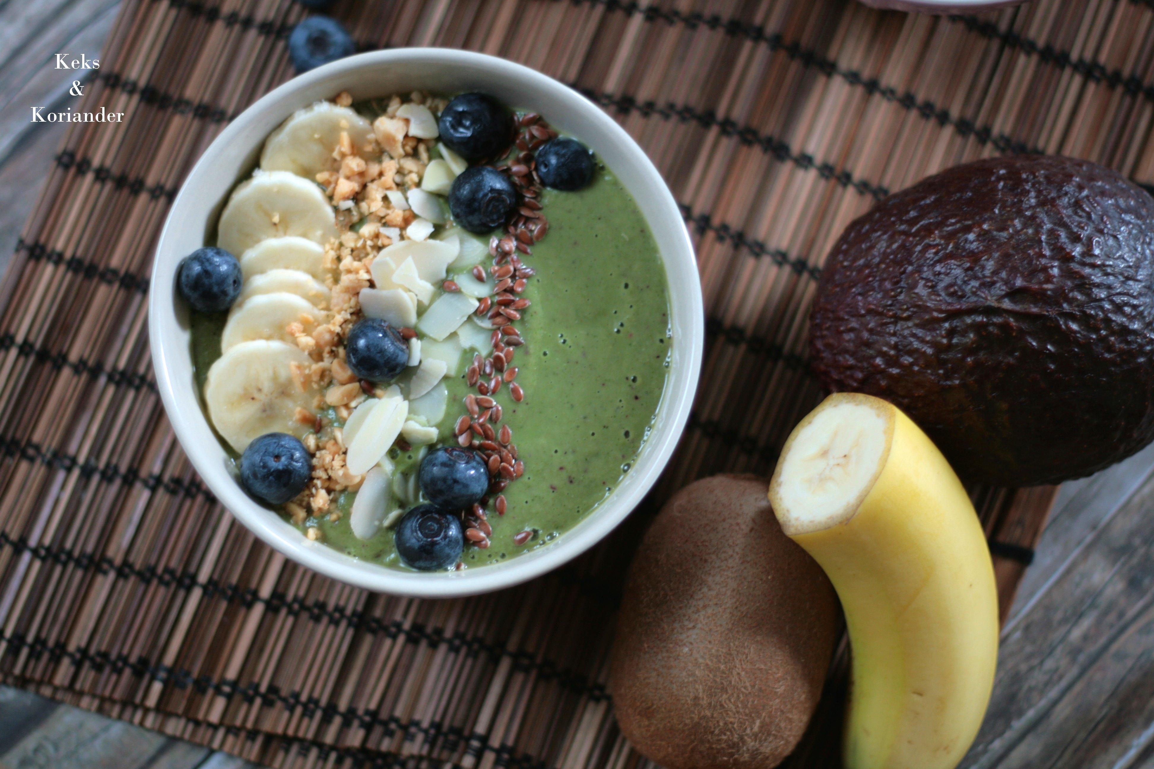 Smoothie Bowl Green Smoothie Avocado Beeren Spinat Nüsse Banane 2
