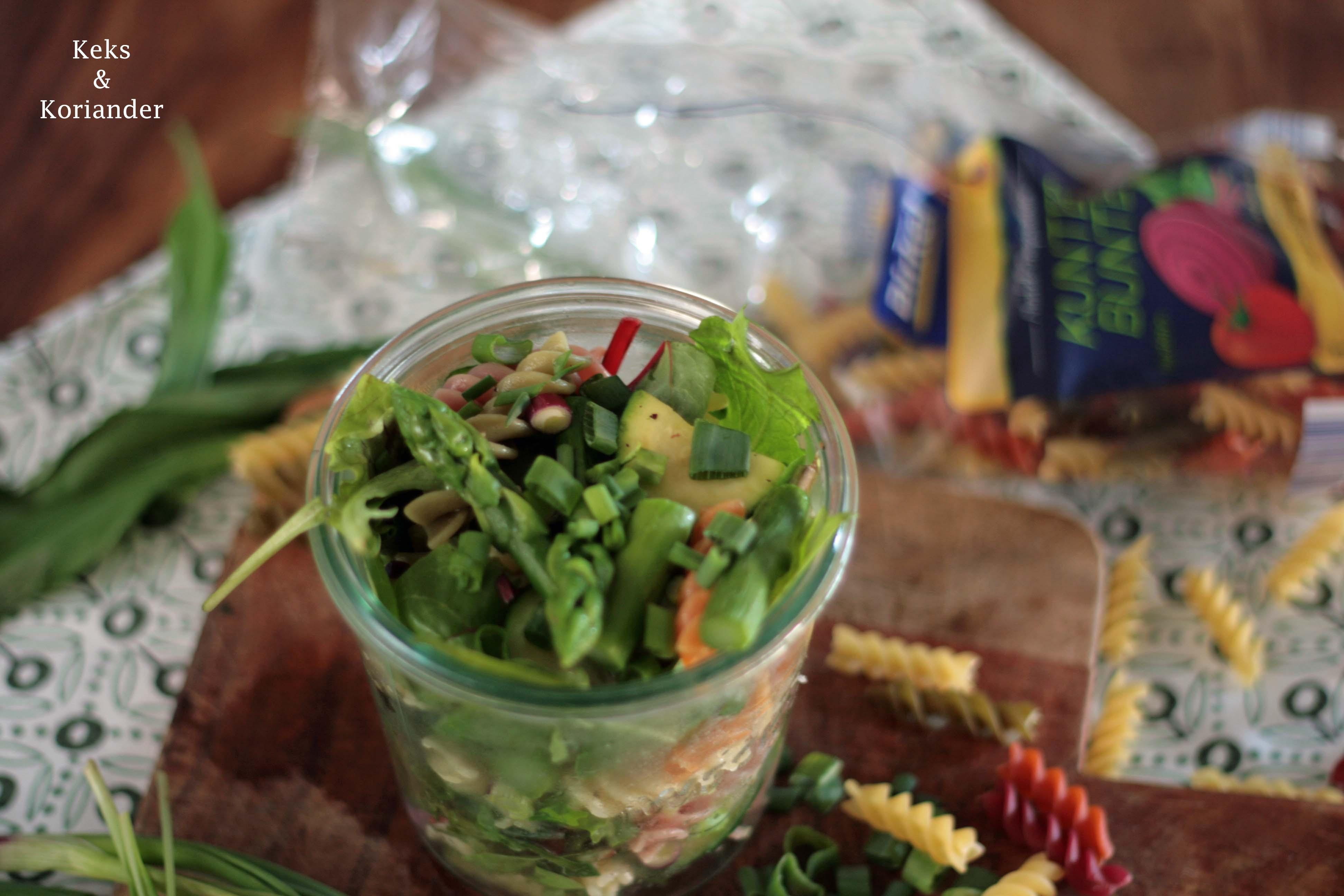 Nudelsalat mit grünem Spargel, Zucchini, Frühlingszwiebeln und Bärlauchdressing