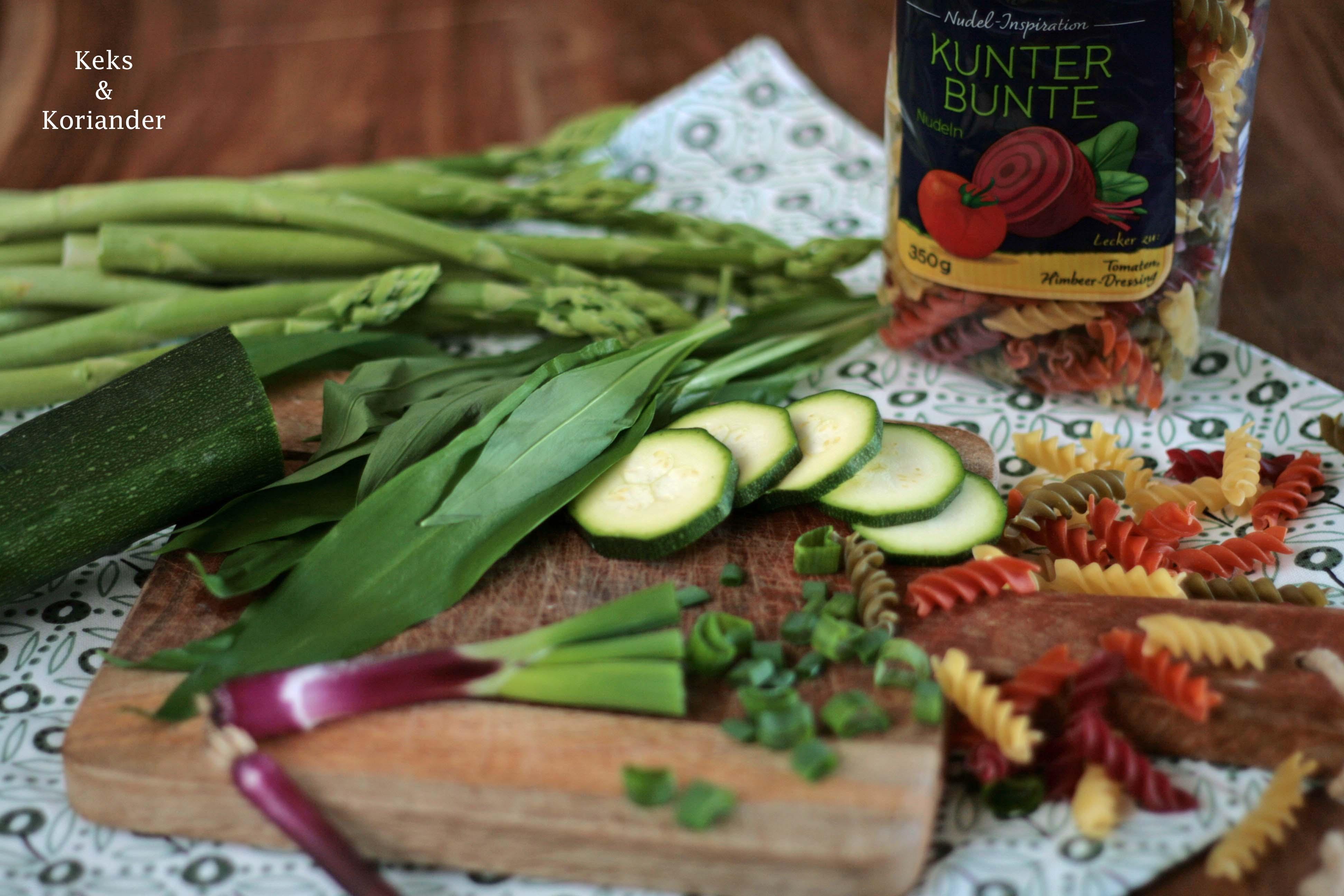 Nudelsalat mit grünem Spargel, Zucchini, Frühlingszwiebeln und Bärlauchdressing2
