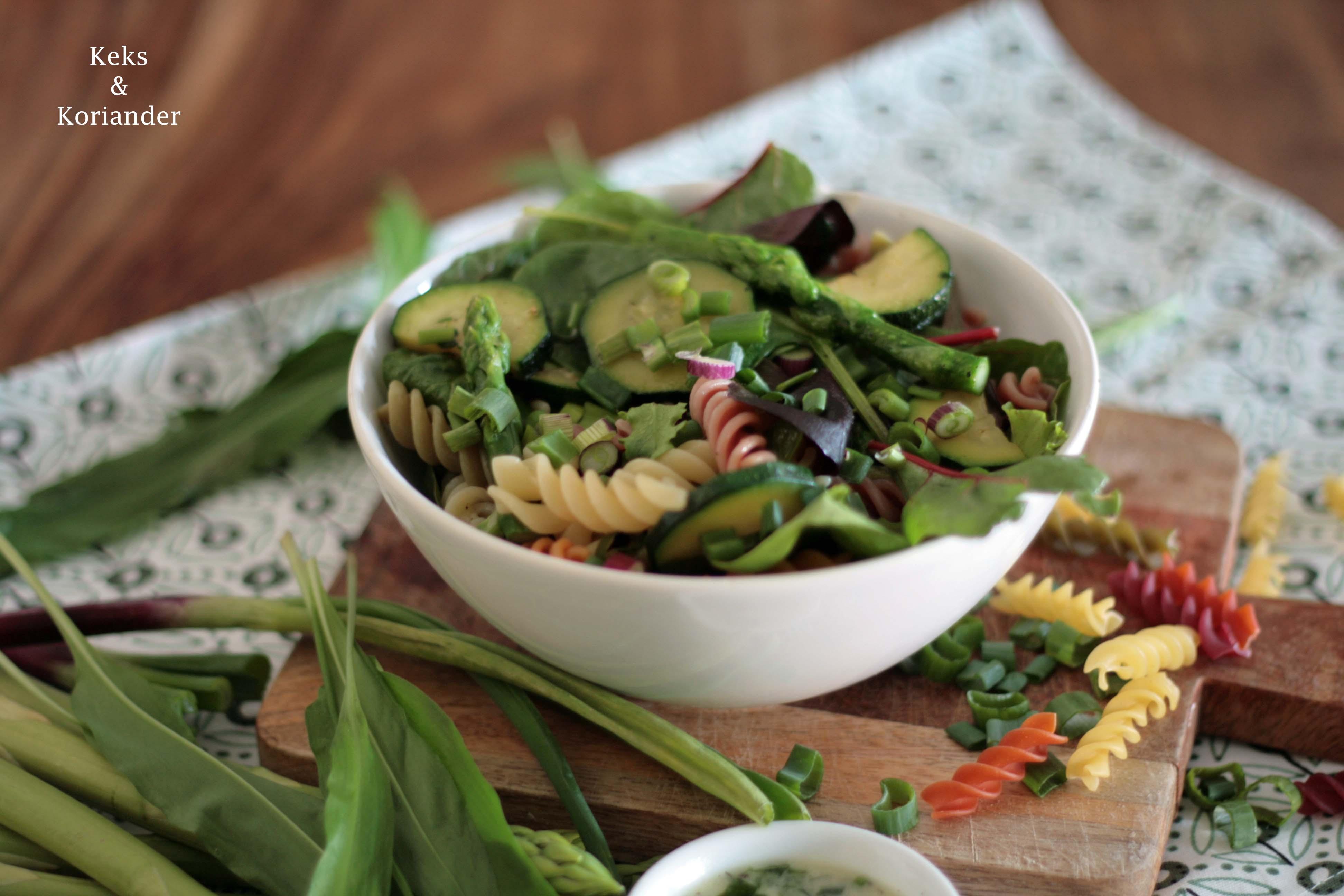 Nudelsalat mit grünem Spargel, Zucchini, Frühlingszwiebeln und Bärlauchdressing3