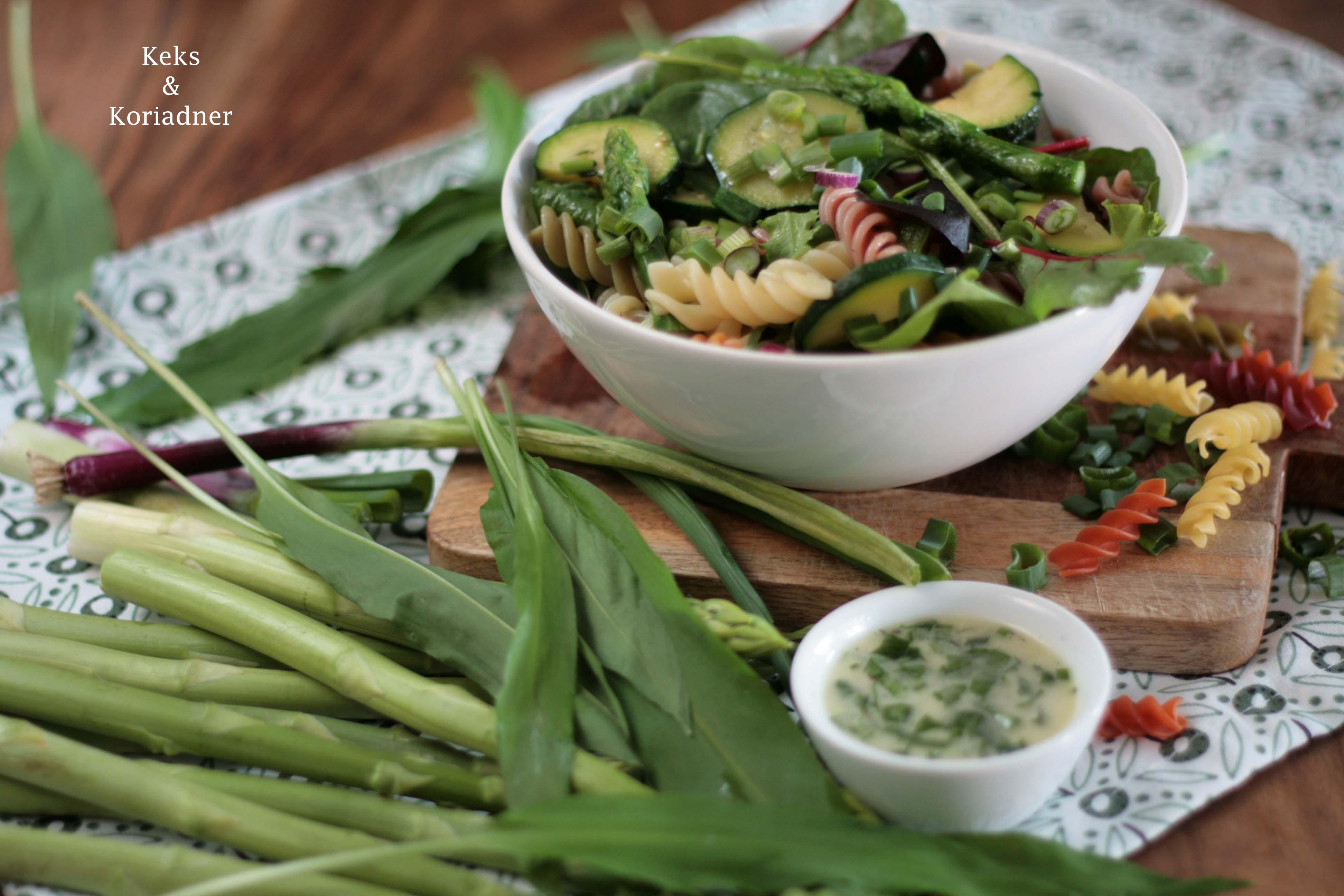 Nudelsalat mit grünem Spargel, Zucchini, Frühlingszwiebeln und Bärlauchdressing4