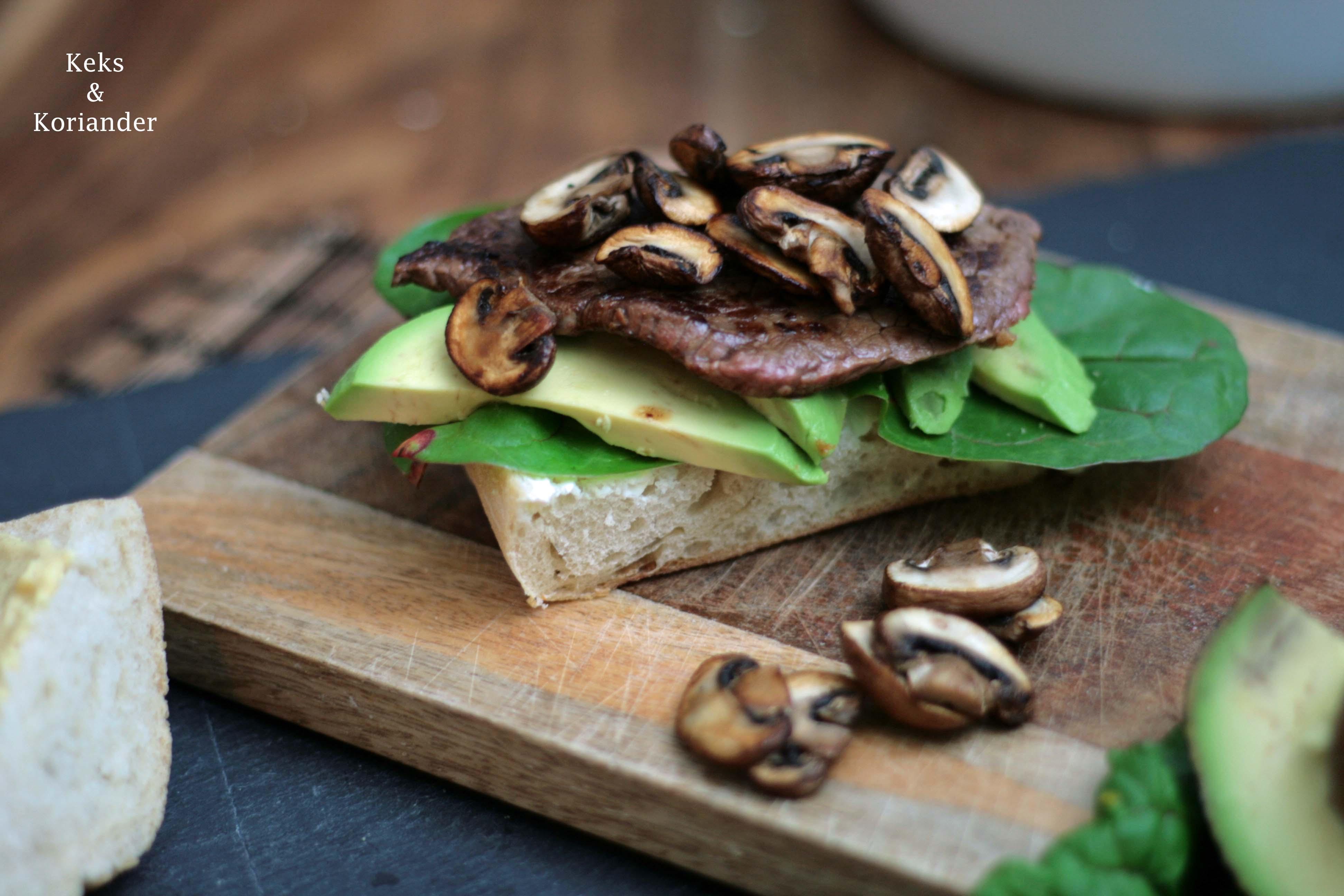 Steaksemmel mit Ciabatta, Pilzen, Avocado und Spinat
