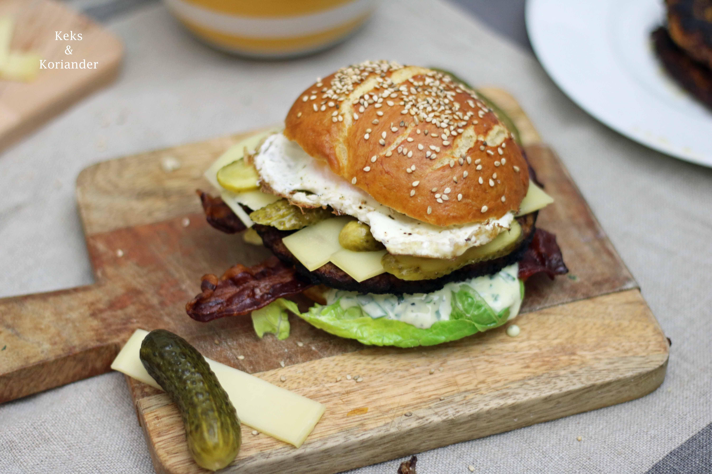Bayerischer Burger Laugenbuns Ei Bärlauchmayo Bergkäse Speck 3