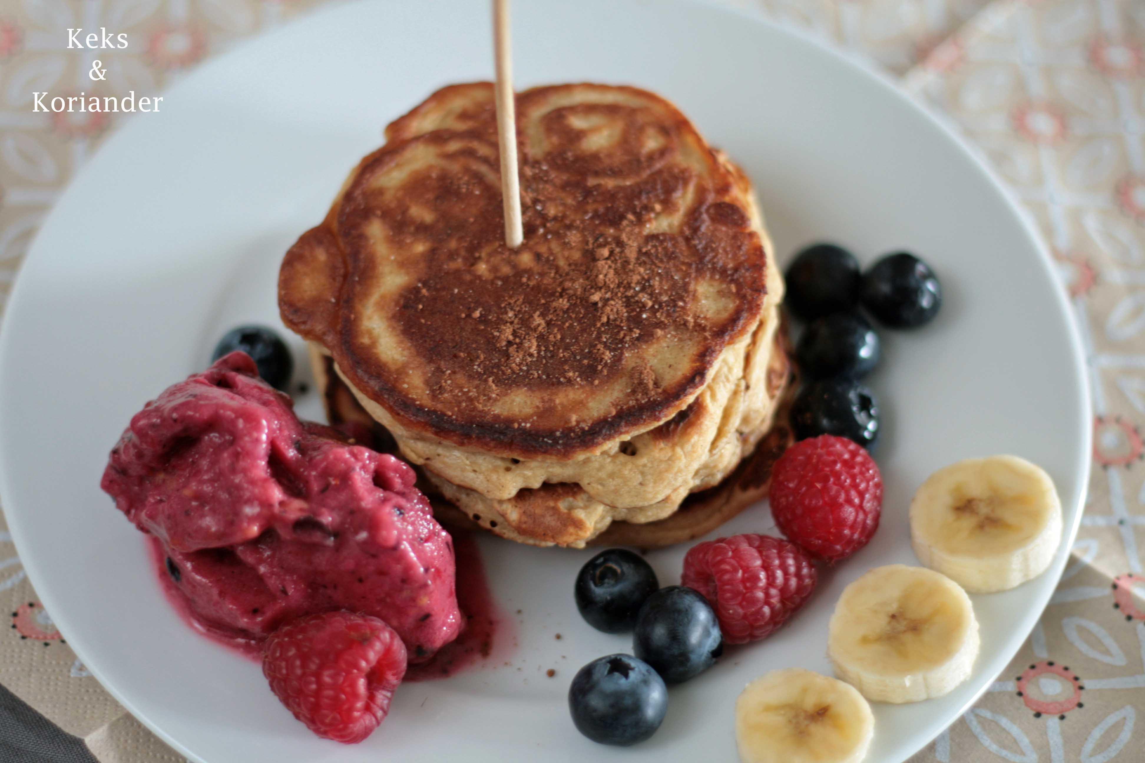 Gesunde Pancakes ohne Mehl mit Nicecream very berry aus Beeren und Banane