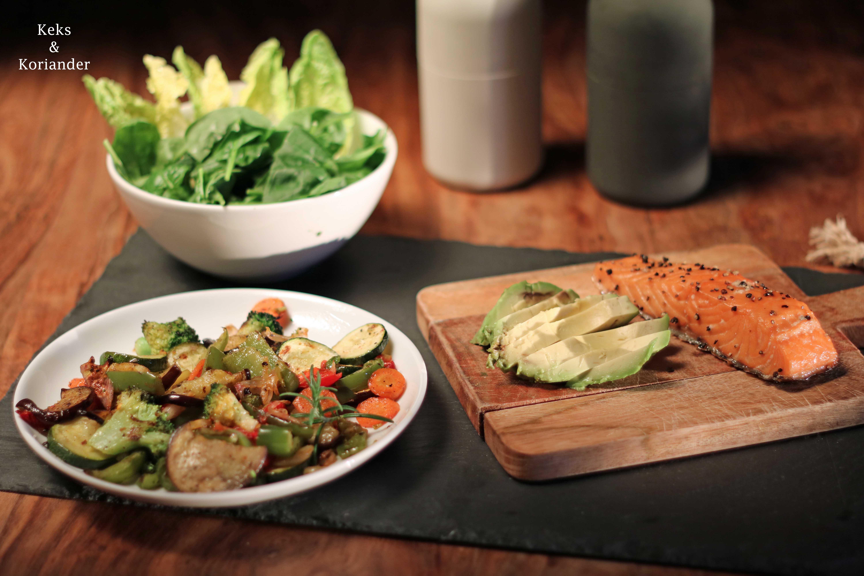 Pitabrot gefüllt mit Lachs, Ofengemüse und Avocado