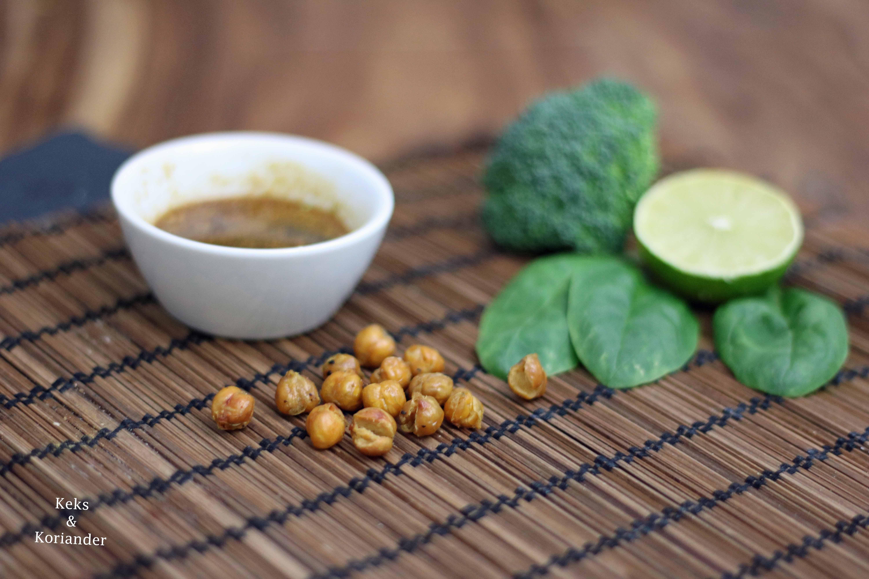 Buddha Bowl mit gerösteten Kichererbsen, Erdnüssen, Reisnudeln