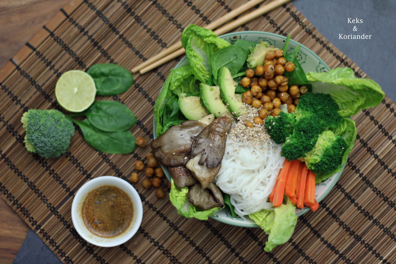 Buddha Bowl mit gerösteten Kichererbsen, Sesam, Austernpilzen, Reisnudeln 5