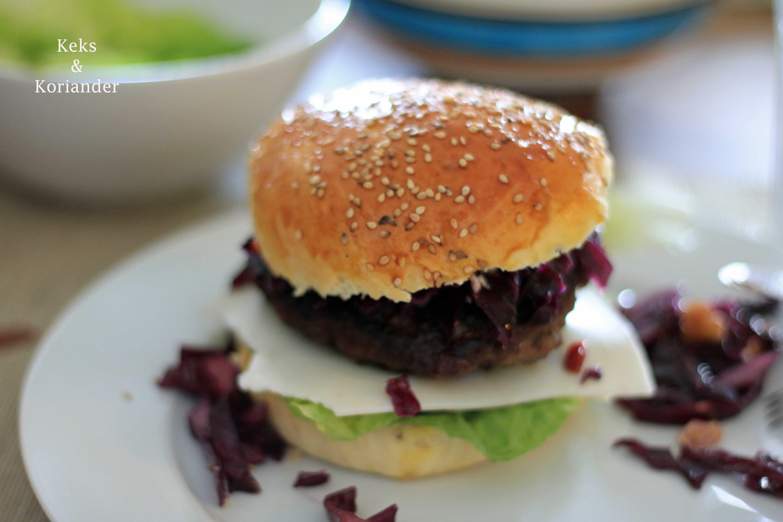 Burger mit Rotkohl und Erdbeerketchup belegt