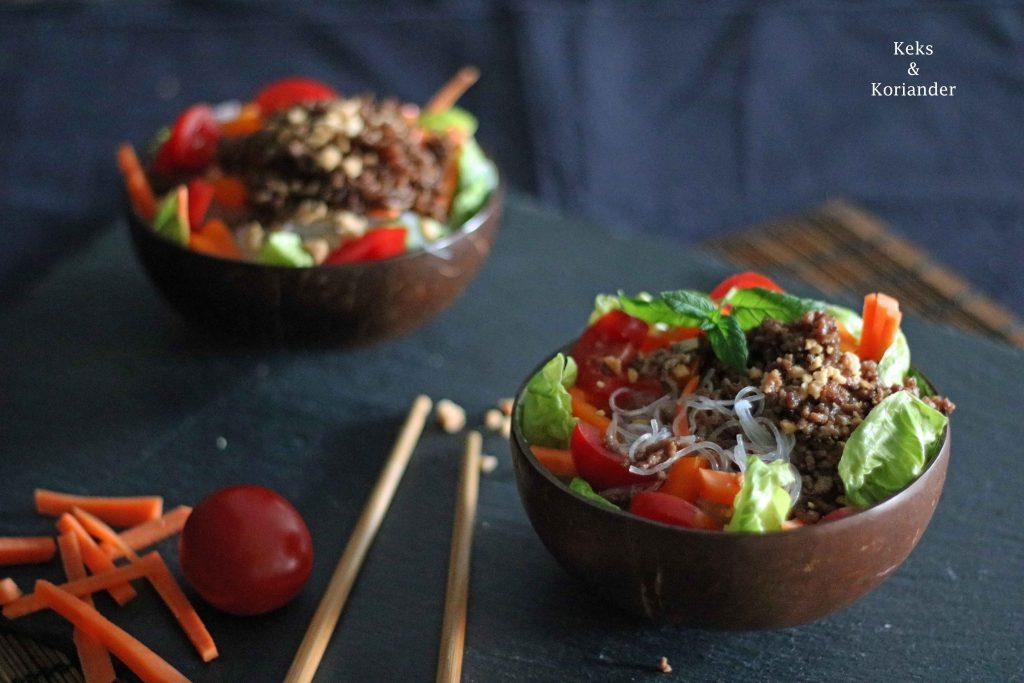 Köstlicher Glasnudelsalat mit knusprigem Hackfleisch für die gesunde ...