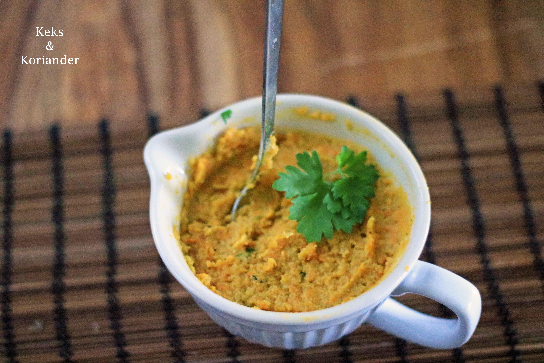 Kräuterhummus mit gerösteten Karotten