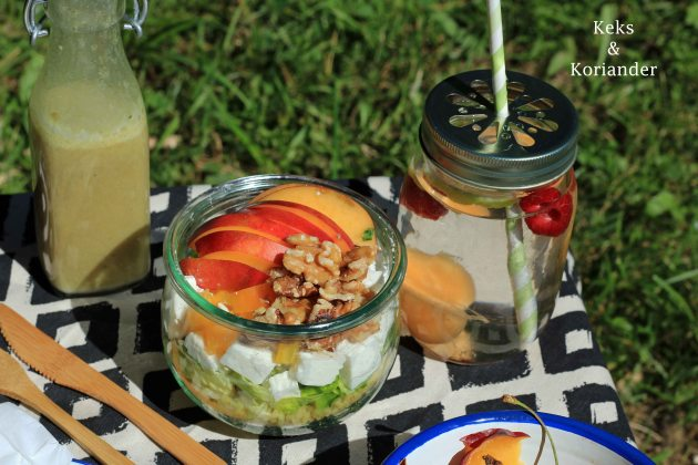 Picknicksalat im Glas, Bulgursalat mit Nektarine, Ziegenkäse, Walnüssen, Paprika