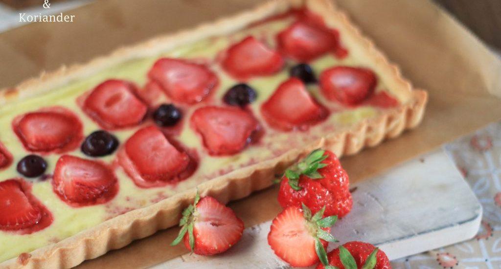 Puddingtarte mit Beeren Erdbeeren, Blaubeerem Vanillepudding