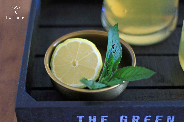 Zitroneneistee selber machen mit Minze und Ingwer