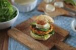 Veggieburger mit Ziegenkäse, karamellisierten Zwiebeln, Avocado, Babyspinat Synchronburgern Burger mit Ziegenkäse