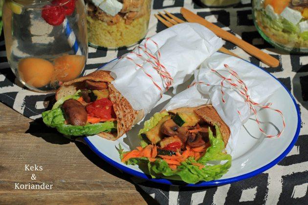 Wraps aus Buchweizenpfannkuchen eingelegte Zucchini Picknick