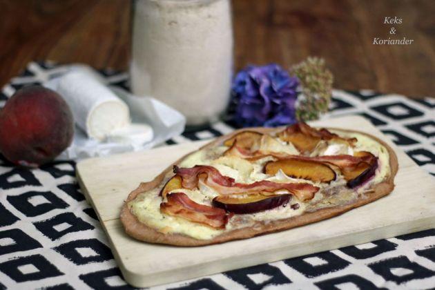 dinkelflammkuchen-mit-pfirsich-ziegenkase-und-speck