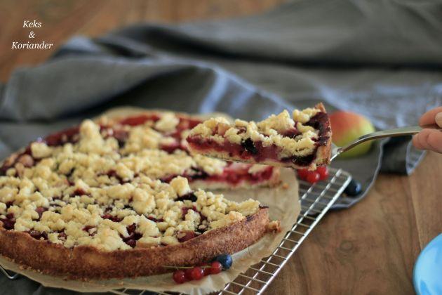 crumblekuchen-mit-shortbreadbroseln-beeren-und-birne