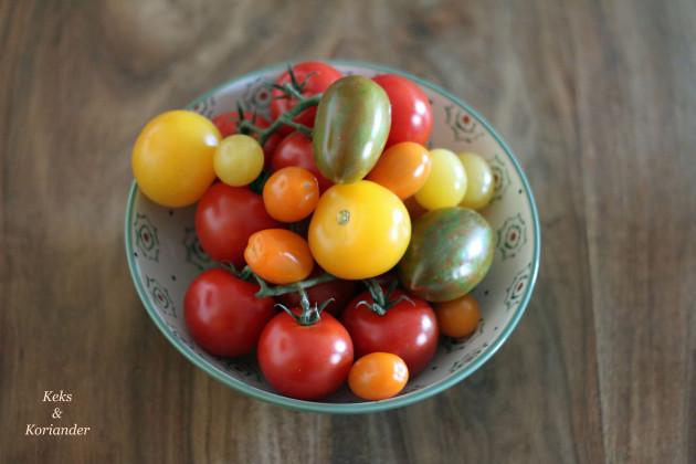 bunte-tomatenmischung-spagehtti-mit-gebackenen-tomaten-buffelmozzarella