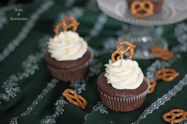 wiesncupcakes-mit-salted-caramel-frosting-und-salzbreze