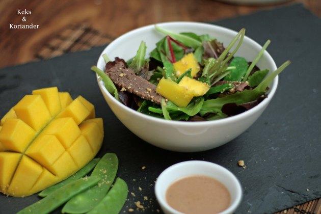 exotischer-salat-mit-rindfleisch-mango-und-erdnussen-2
