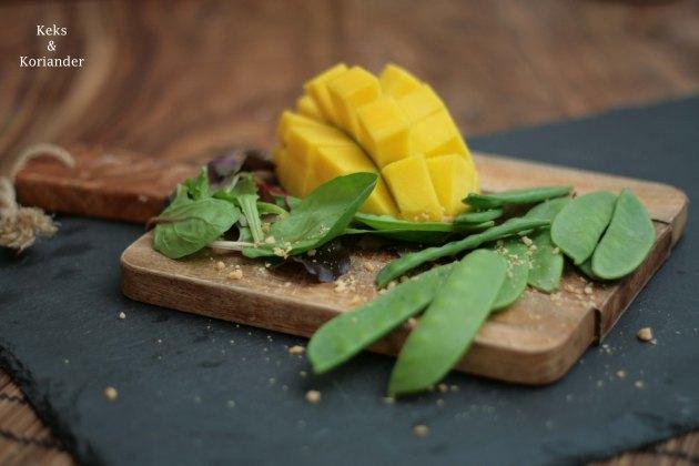 exotischer-salat-mit-rindfleisch-mango-und-erdnussen
