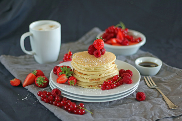 drop-scones-scotch-pancakes-mit-beeren-und-ahornsirup-querformat