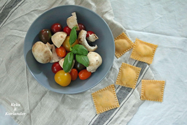 Ravioli mit Ricotta-Basilikum-Füllung und gebratenen Tomaten und Pilzen 3