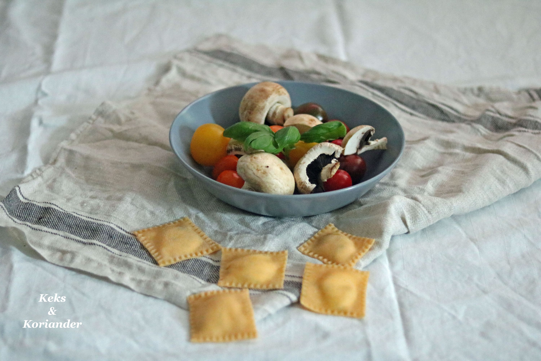 Ravioli mit Ricotta-Basilikum-Füllung und gebratenen Tomaten und Pilzen 4
