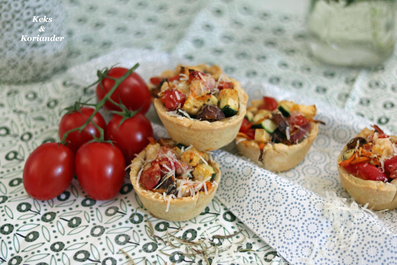 Mürbeteig-Muffins mit Ratatuille Füllung, Prosciutto und Parmesan