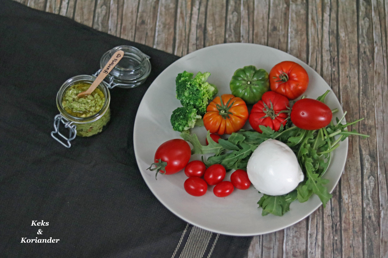 Brokkolipesto mit Fladenbrot, Tomaten, Büffelmozzarella und Rucola