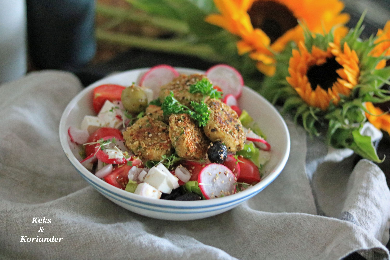 Salat mit Feta, Oliven, Zwiebeln und Pistazienfalafel 3
