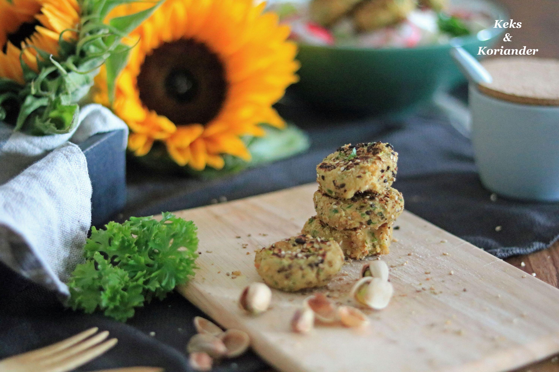 Salat mit Feta, Oliven, Zwiebeln und Pistazienfalafel