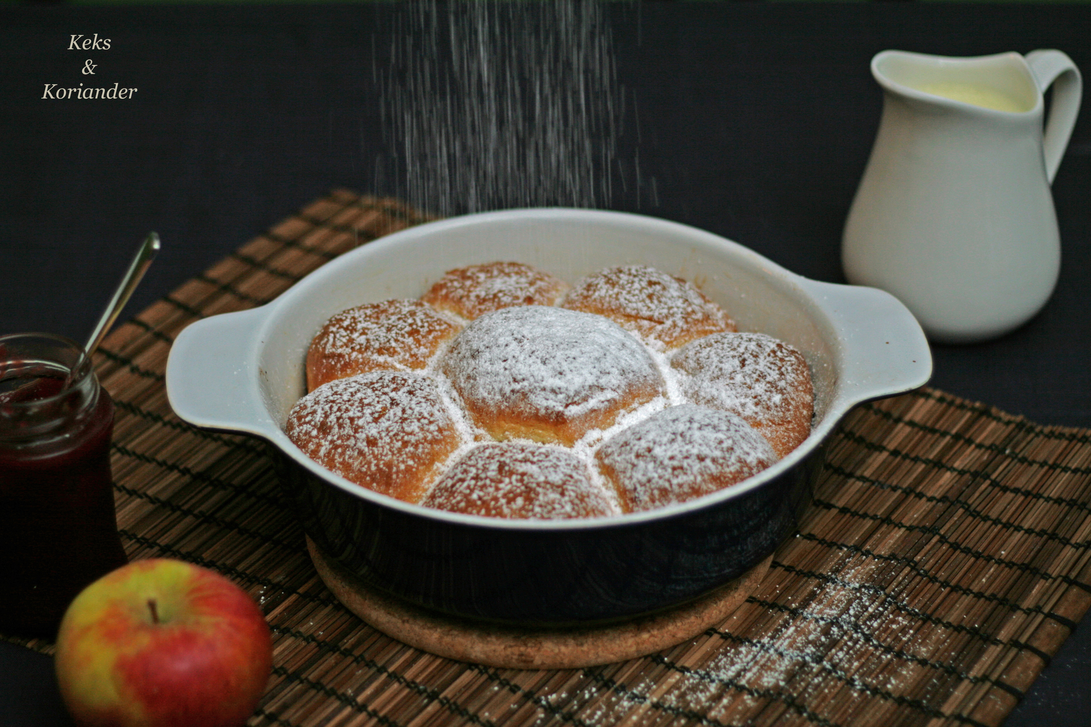 Buchteln Apfelfüllung Johannisbeer Vanillesoße