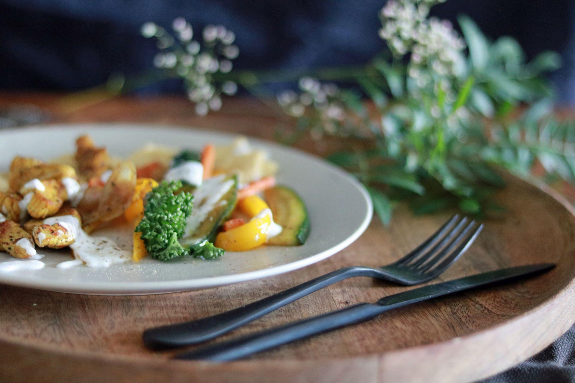 Jerusalemteller mit Putenfleisch, Gemüse, Hummus und Joghurtdip 3
