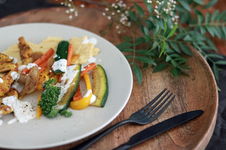 Jerusalemteller mit Putenfleisch, Gemüse, Hummus und Joghurtdip