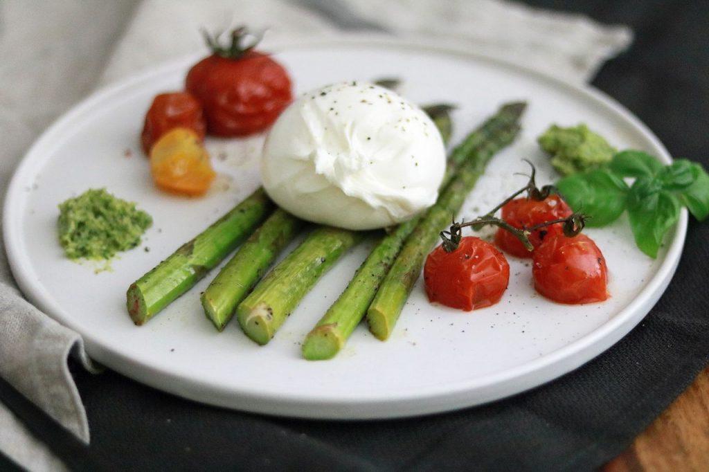 Burrata grüner Spargel Tomaten