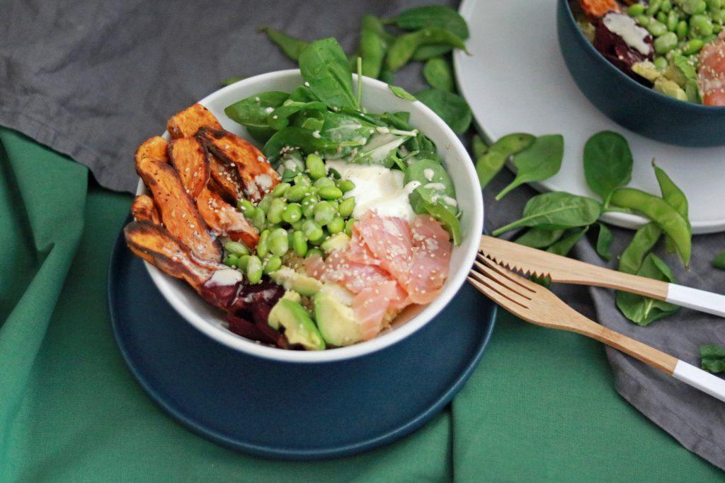 Superfood Bowl mit Spiant, Lachs Süßkartoffel Edamame