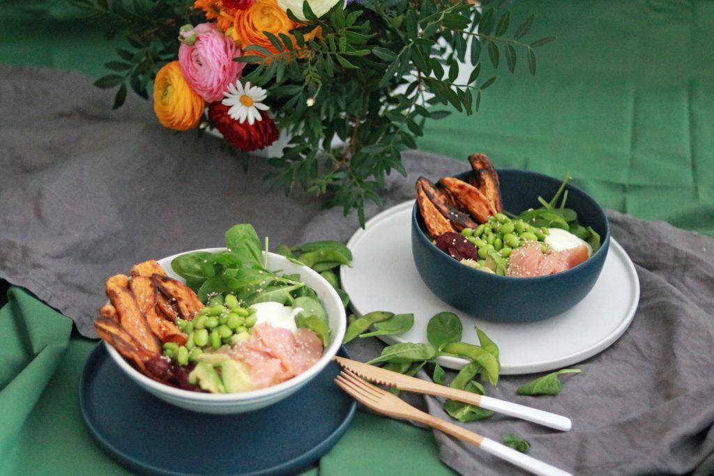 Superfood Bowl mit Spinat Süßkartoffel Lachs Edamame