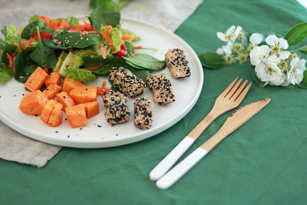 Sesamlachs mit Süßkartoffeln und Salat