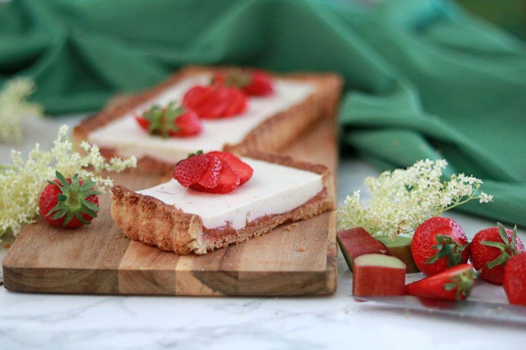 Tarte mit Erdbeer-Rhabarber, Panna Cotta und Holunderblüte